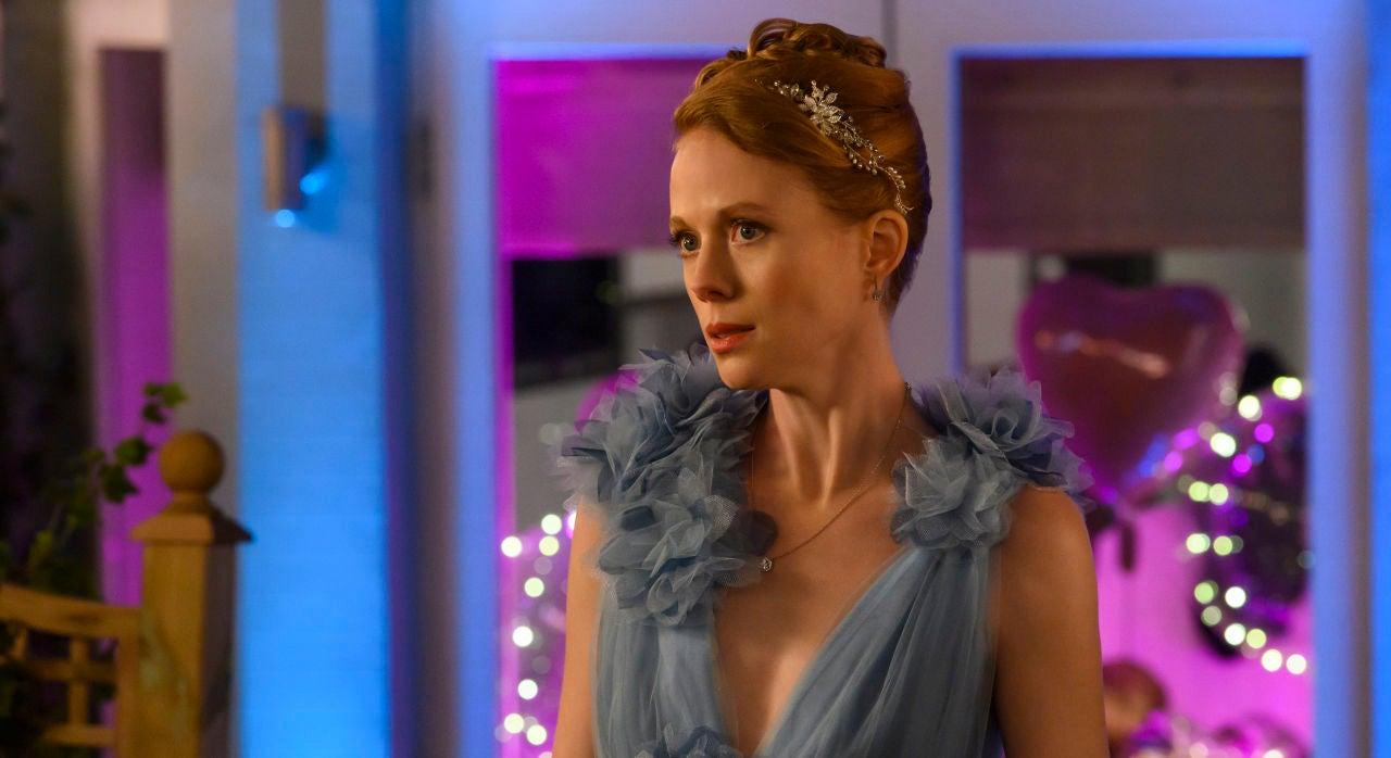 Gemma (Zoe Boyle) luce un vestido azul de tul grisáceo