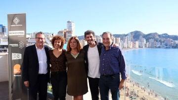 Antonio Pagudo y María Almudéver, junto a los productores ejecutivos de'Benidorm' y el alcalde de la ciudad, Antonio Pérez