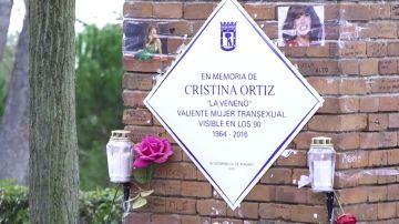 La placa conmemorativa de Cristina Ortiz 'La Veneno' regresa 'blindada' al Parque del Oeste de Madrid