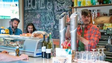 ¿Estará ocurriendo algo inédito en el bar de Raúl?