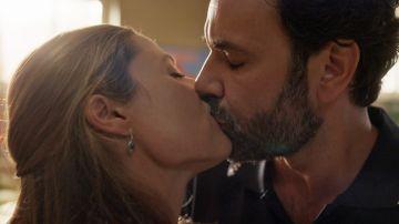 El acercamiento de Clara y César termina con un tierno beso