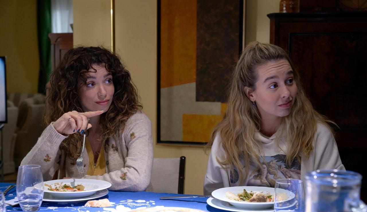 Amelia y Luisita cenando en casa de los padres de Amelia, en Huesca