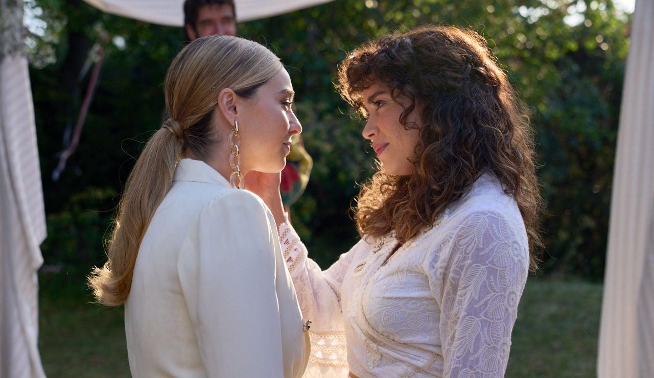 Luisita y Amelia, en el altar
