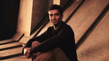 Nikesh Patel es Kas en 'Cuatro bodas y un funeral'