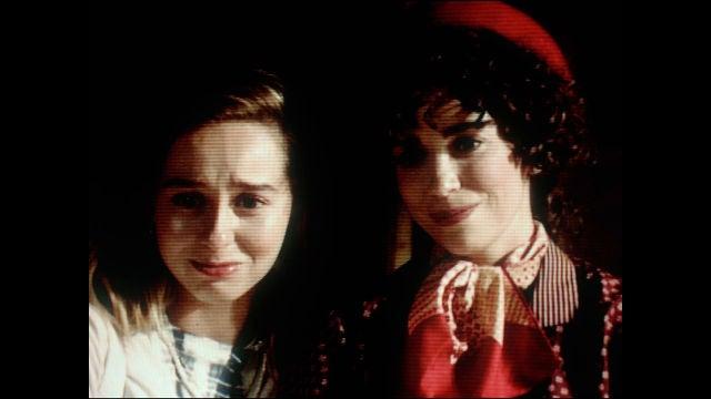 Luisita y Amelia observan una escena del rodaje con emoción