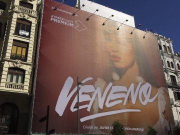 Timelapse: Así se ha colocado la lona de 'Veneno' en la Gran Vía de Madrid