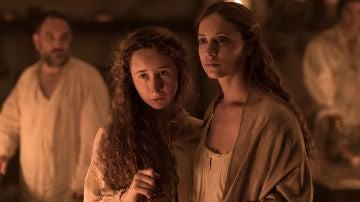 Clara intenta detener a quién se quiere llevar a Rosalía