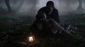 Diego encuentra a Clara inconsciente bajo la tormenta
