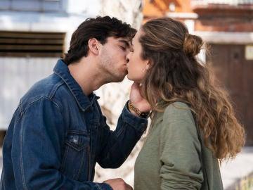El esperado beso de Bego y Tirso