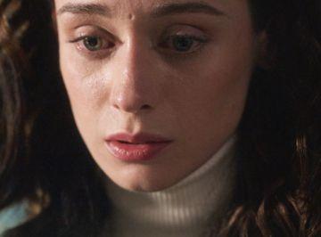 Alba lee la carta que Hugo escribió antes de suicidarse